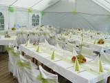 Svatební tabule ve venkovním party stanu