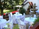 Posezení na terase a svatební altán v zahradě